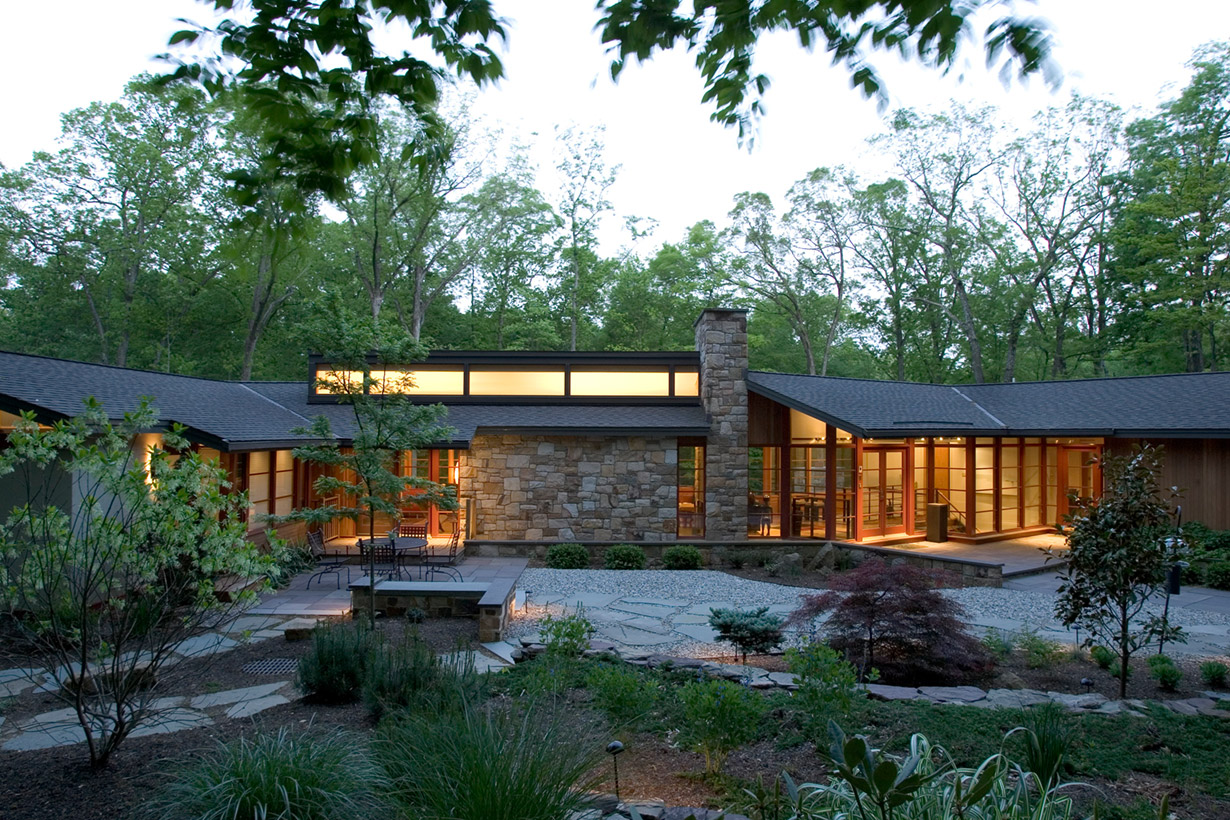 A large one-story home representing the work of construction company Lasley Brahaney Architecture + Construction in Princeton, NJ